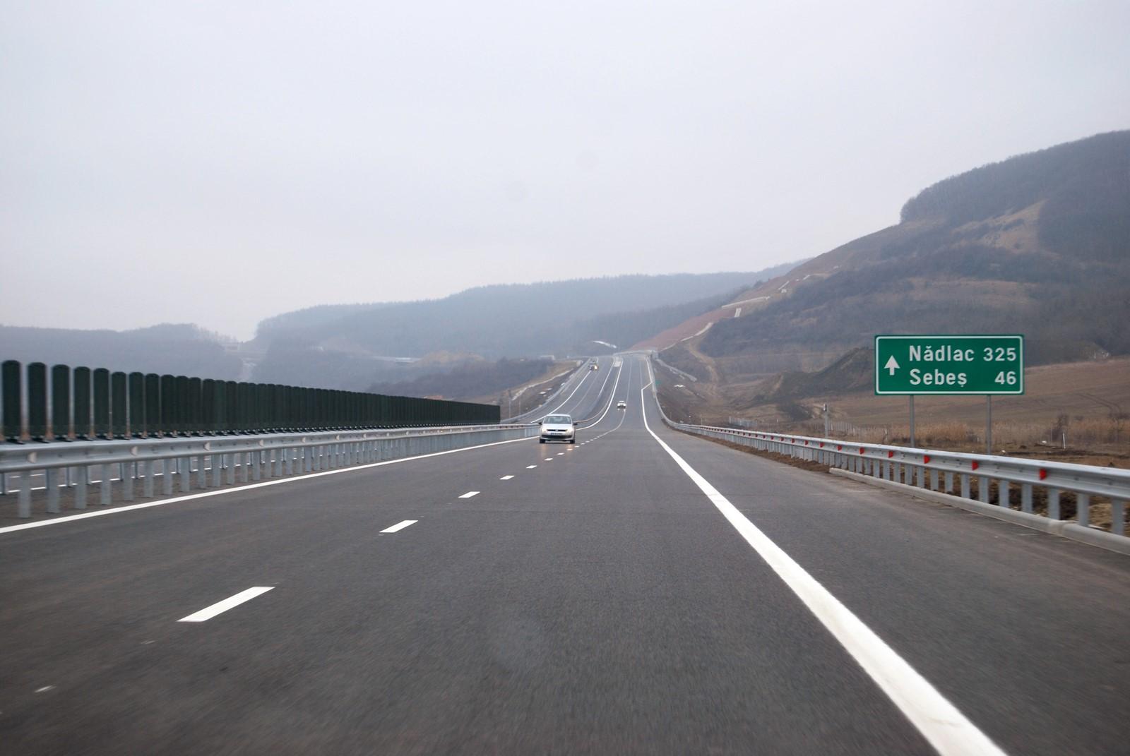 Infotrafic: Circulaţie îngreunată pe A1 Sibiu - Deva din cauza ploii. Vizibilitate scăzută