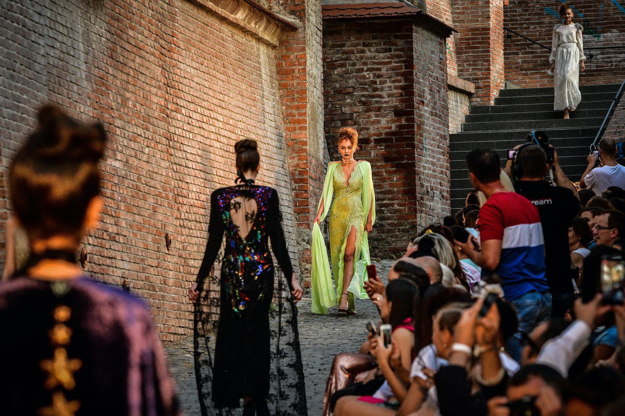 Feeric Fashion Week: prezentări de modă în spații neconvenționale din orașul Sibiu și împrejurimi