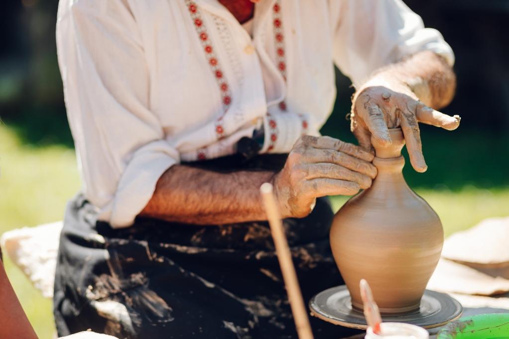 Frumos. Ceramic. Folositor. Ceramica de Zalău. Un altfel de târg al olarilor în Muzeul în aer liber din Dumbrava Sibiului