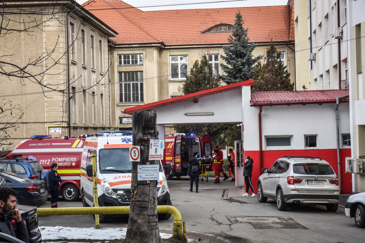 Accident la Tălmaciu. Un șofer a intrat într-un cap de pod ca să evite impactul cu o altă mașină
