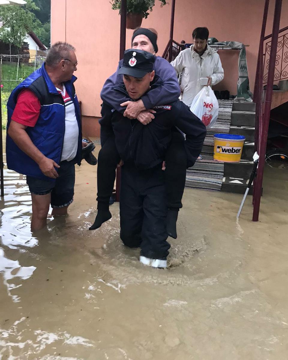 Inundaţii în 29 de localităţi din 12 judeţe. Un bărbat a fost găsit mort în albia unui pârâu