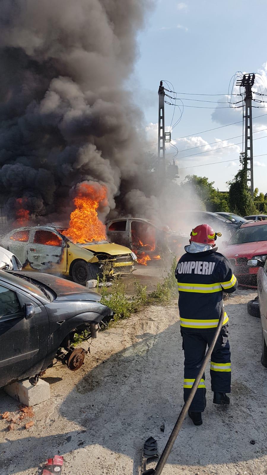 Foto Incendiu într-un parc de dezmembrări auto din Mediaş