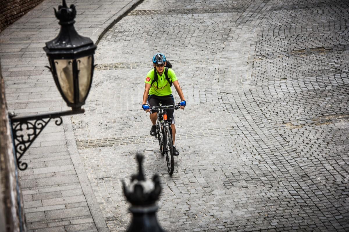 """Parcări inteligente și """"de împrumut"""", rastel pentru biciclete în toate cartierele și rețea de încărcare pentru autovehiculele electrice. Consilierii locali vor vota proiectele SmartCity"""