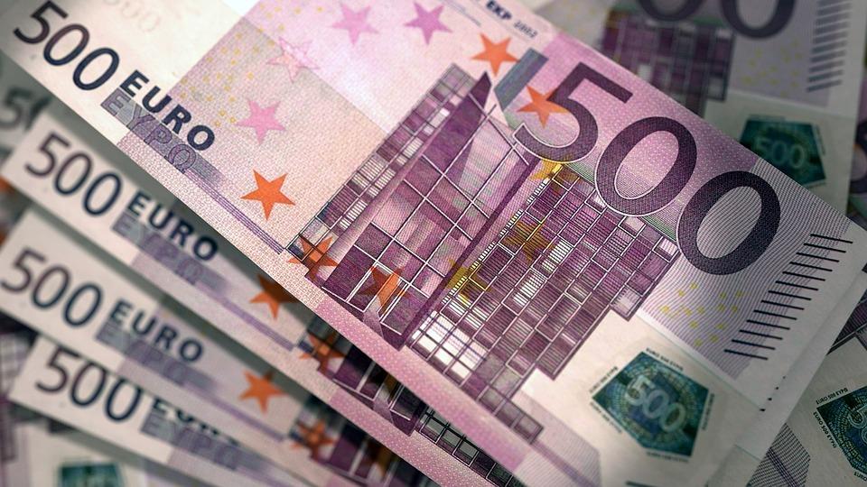 Un sibian a rămas fără 5.400 de euro după ce a fost lovit și furat în scara blocului