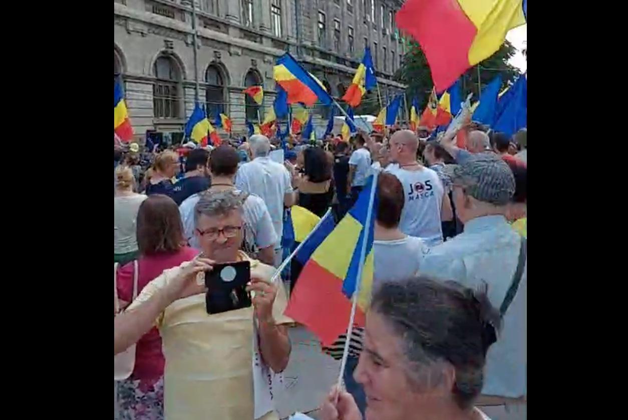 """200 de persoane protestează în Piața Universității: """"Nu ne vaccinăm"""" și"""