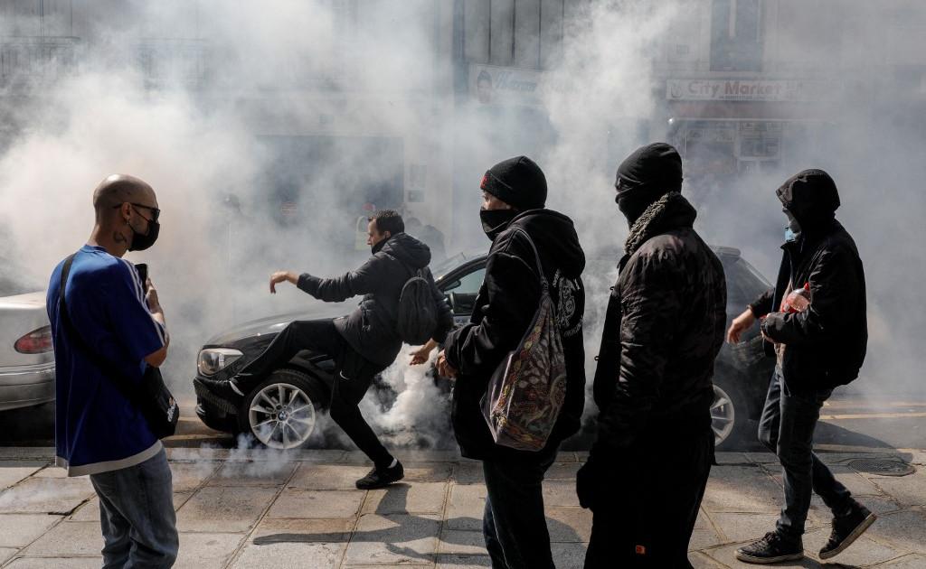 Franța: Zeci de mii de oameni protestează împotriva permisului sanitar și vaccinării
