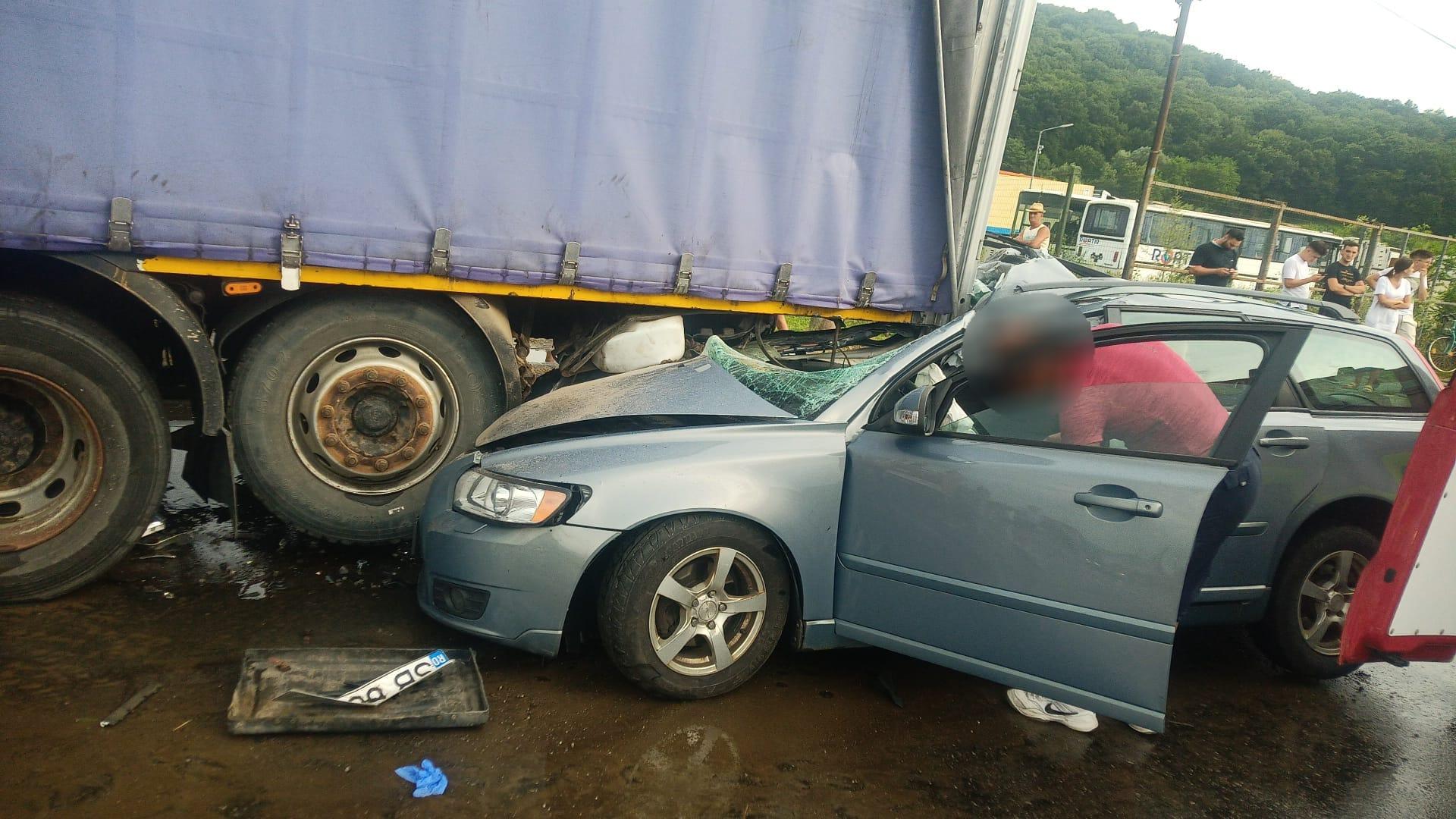 O șoferiță de 19 ani este rănită după ce a intrat cu mașina în remorca unui TIR parcat