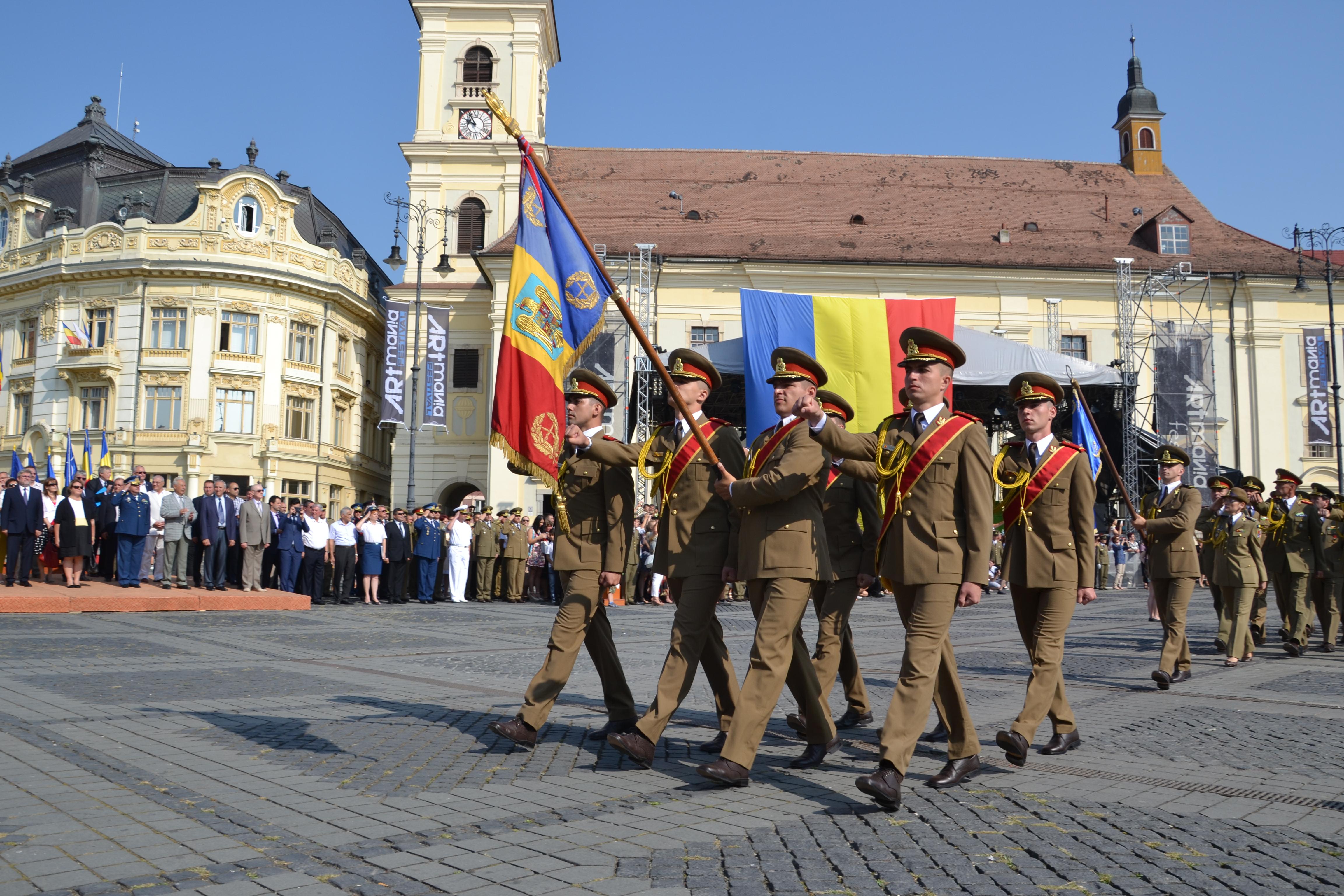 Absolvenții academiei militare primesc primul grad de ofițer printr-o ceremonie care are loc în Piața Mare