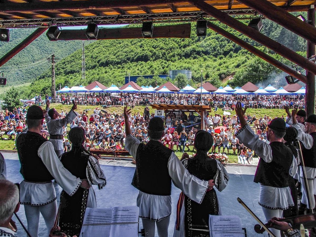 """Festivalul """"Bujorul de Munte"""" înflorește, în cântec și joc, la Gura Râului"""