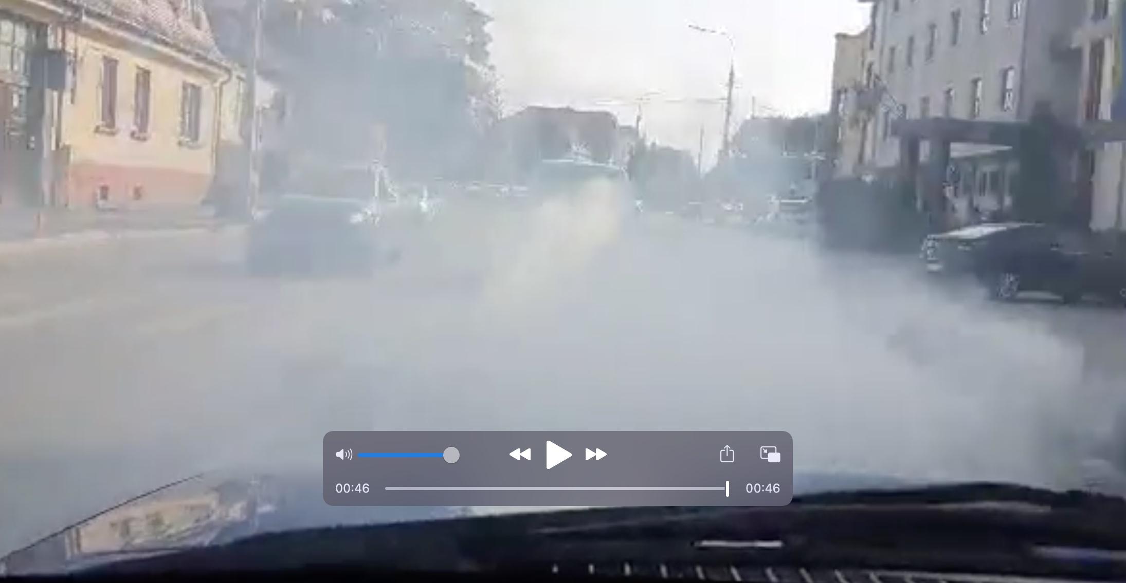 VIDEO Poluare în trafic: Un autoturism cu motorul defect, filmat gonind prin oraș