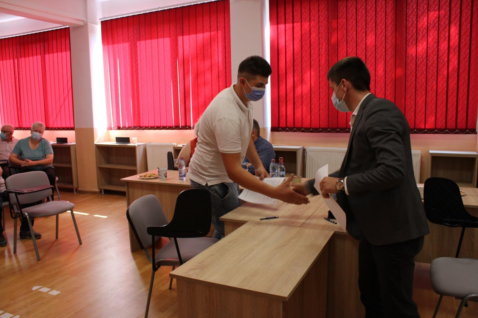 Absolvenții primei promoții de învățământ dual de la Liceul Automecanica Mediaș au semnat contractele de muncă