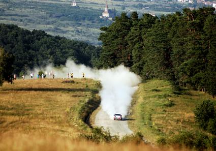 Incident la Raliul Sibiului. Mașina unor participanți a luat foc și a ars în totalitate