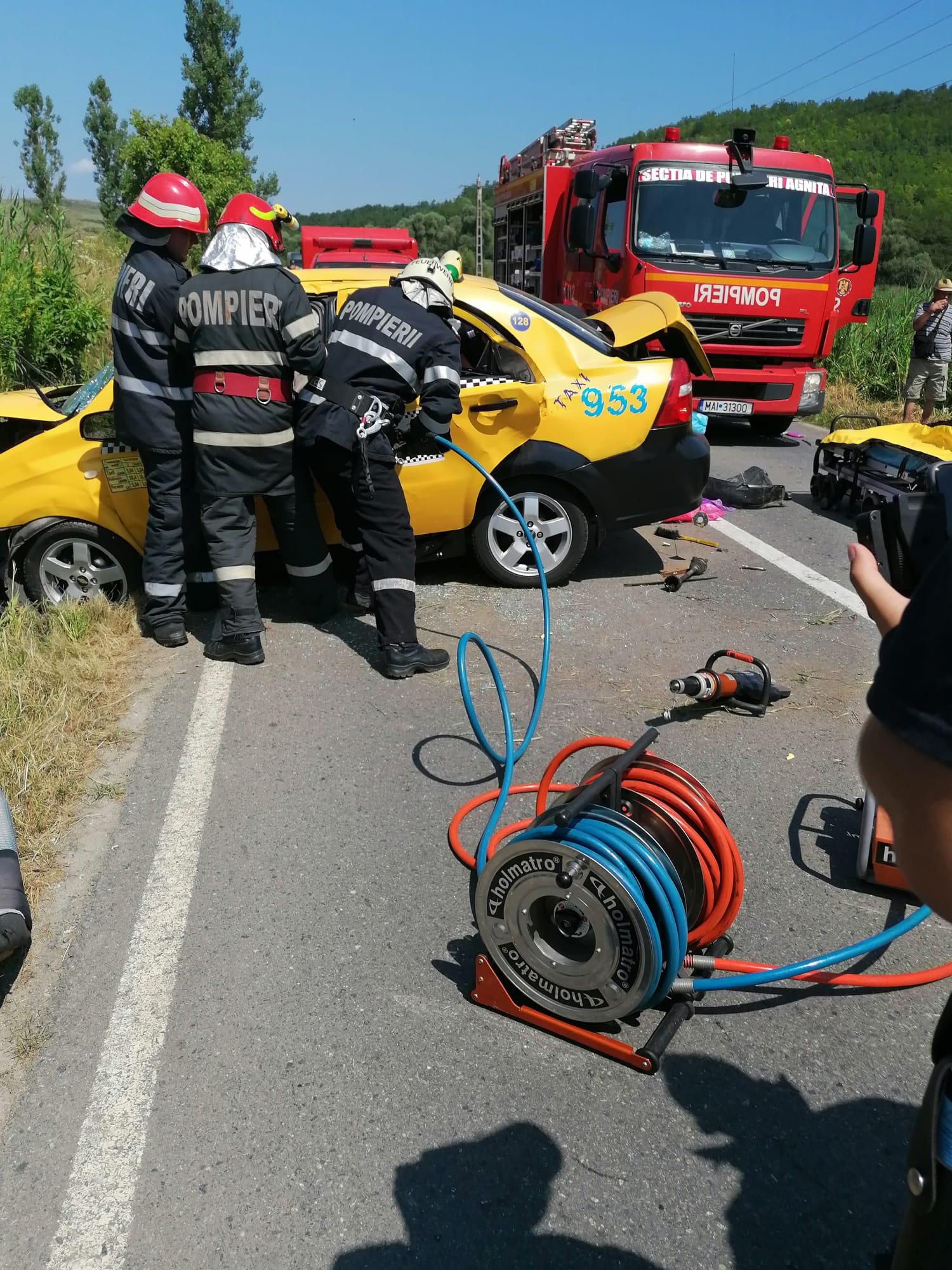 Actualizare: DJ 106: O persoană a murit și alte două au fost rănite după ce o mașina a intrat într-un cap de pod