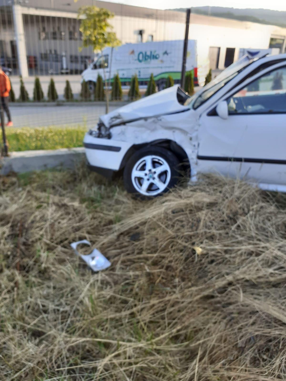FOTO - Autobuz cu 40 de pasageri la bord, implicat într-un accident în Sibiu