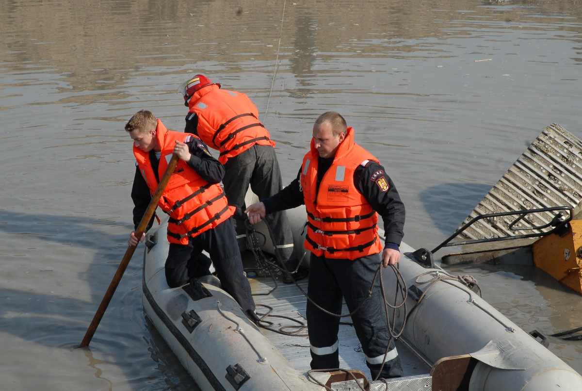 Actualizare: Bărbatul scos de pompieri dintr-un lac din Târnava a decedat