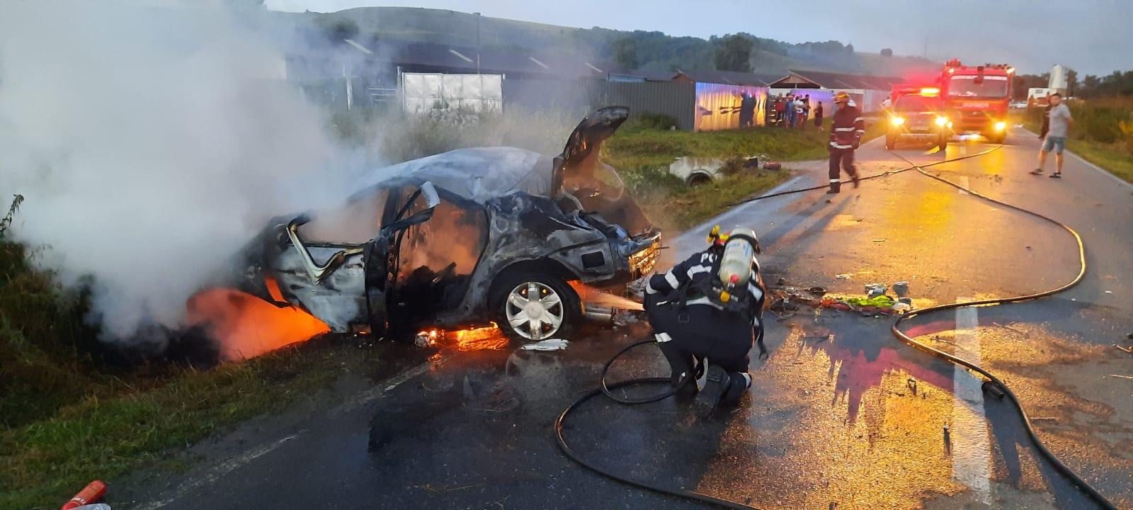O mașina a luat foc lângă Agnita după ce șoferul a intrat cu ea într-un cap de pod