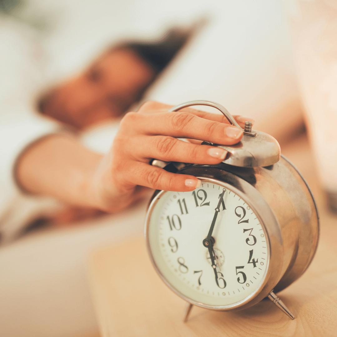 De ce să te trezești devreme dimineața: ai mai mult timp pentru activități și îți găsești motivația mai ușor