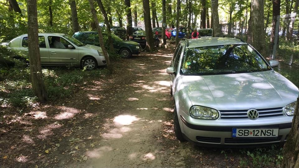 FOTO Mașinile au invadat Pădurea Dumbrava și pista pentru biciclete. Directorul CNM ASTRA vrea intrare din Calea Poplăcii