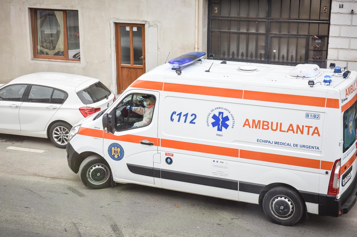 Un pacient beat a deschis ușa ambulanței și a coborât din mers, la Ocna Sibiului