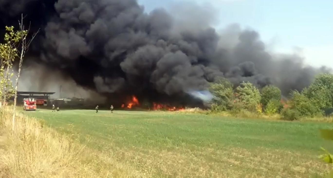 VIDEO Actualizare Incendiul de la Alba Iulia, stins după patru ore. Au intervenit pompieri din şase judeţe