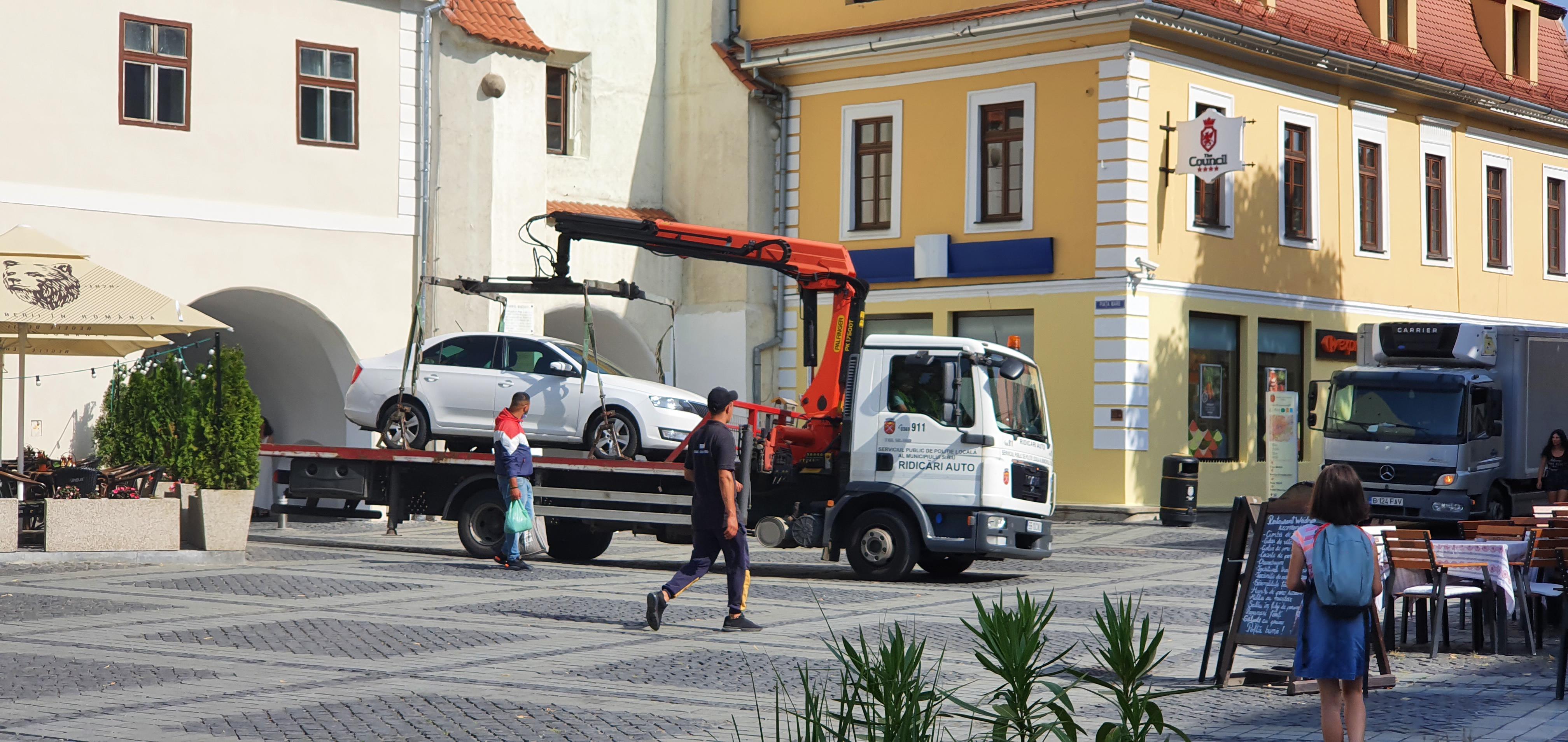 Nouă mașini ridicate din centrul Sibiului, în cel mai aglomerat weekend