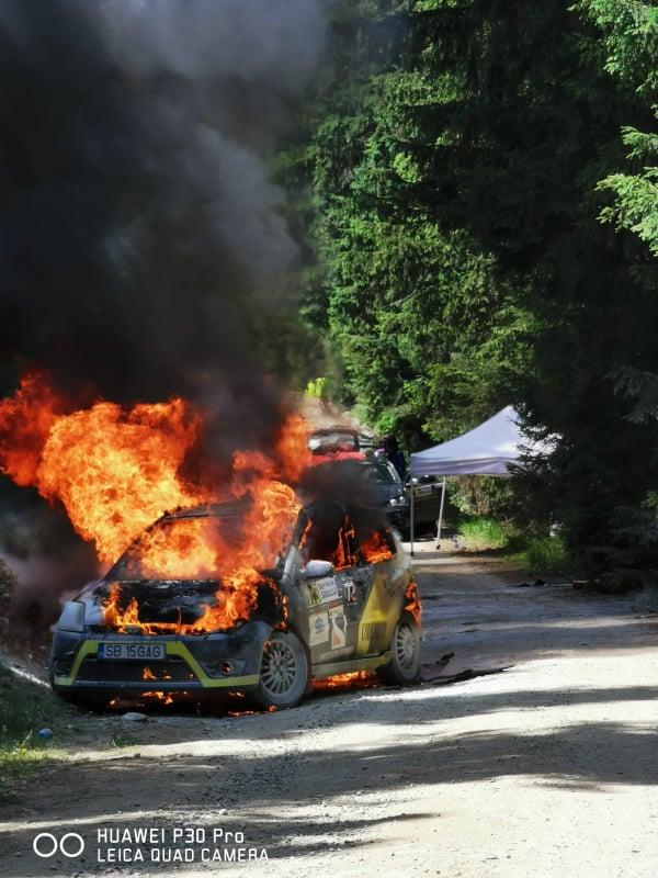 FOTO Echipajul sibian care și-a pierdut mașina într-un incendiu la raliu are nevoie de ajutorul comunității