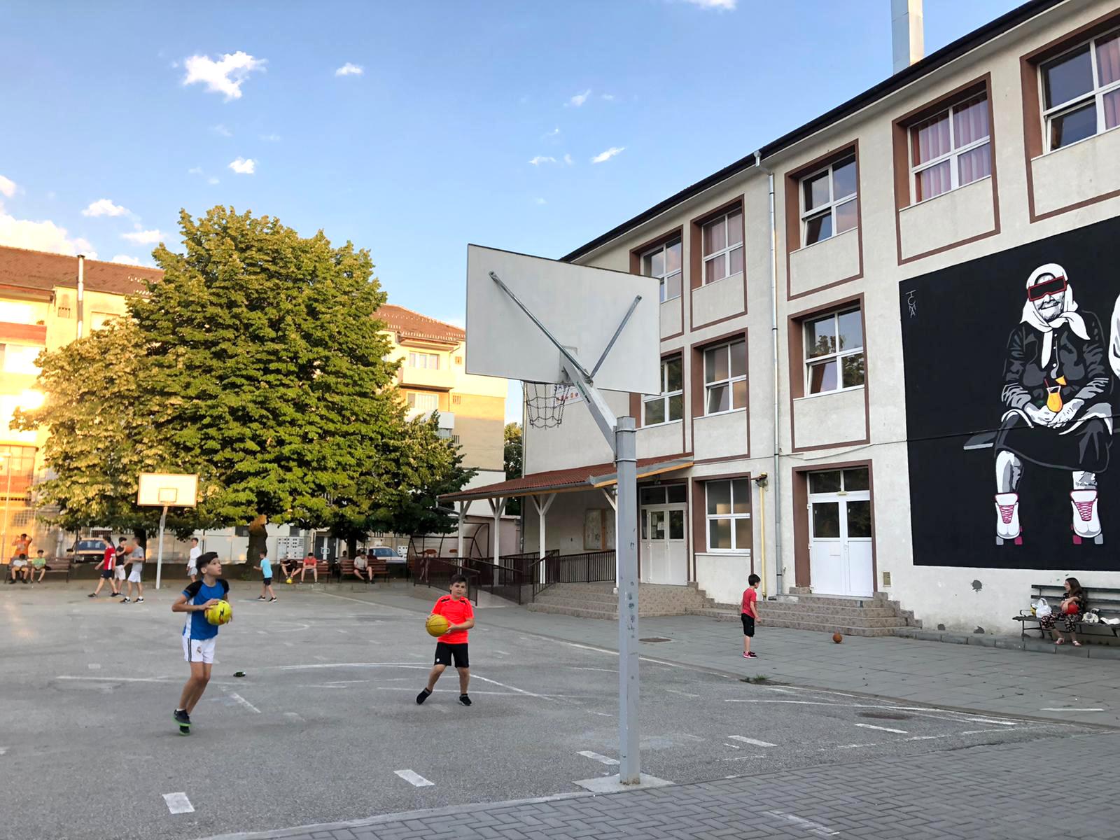 Pentru că nu toți directorii acceptă să țină curțile școlilor deschise pentru copii, primăria Sibiu trimite Poliția Locală în control