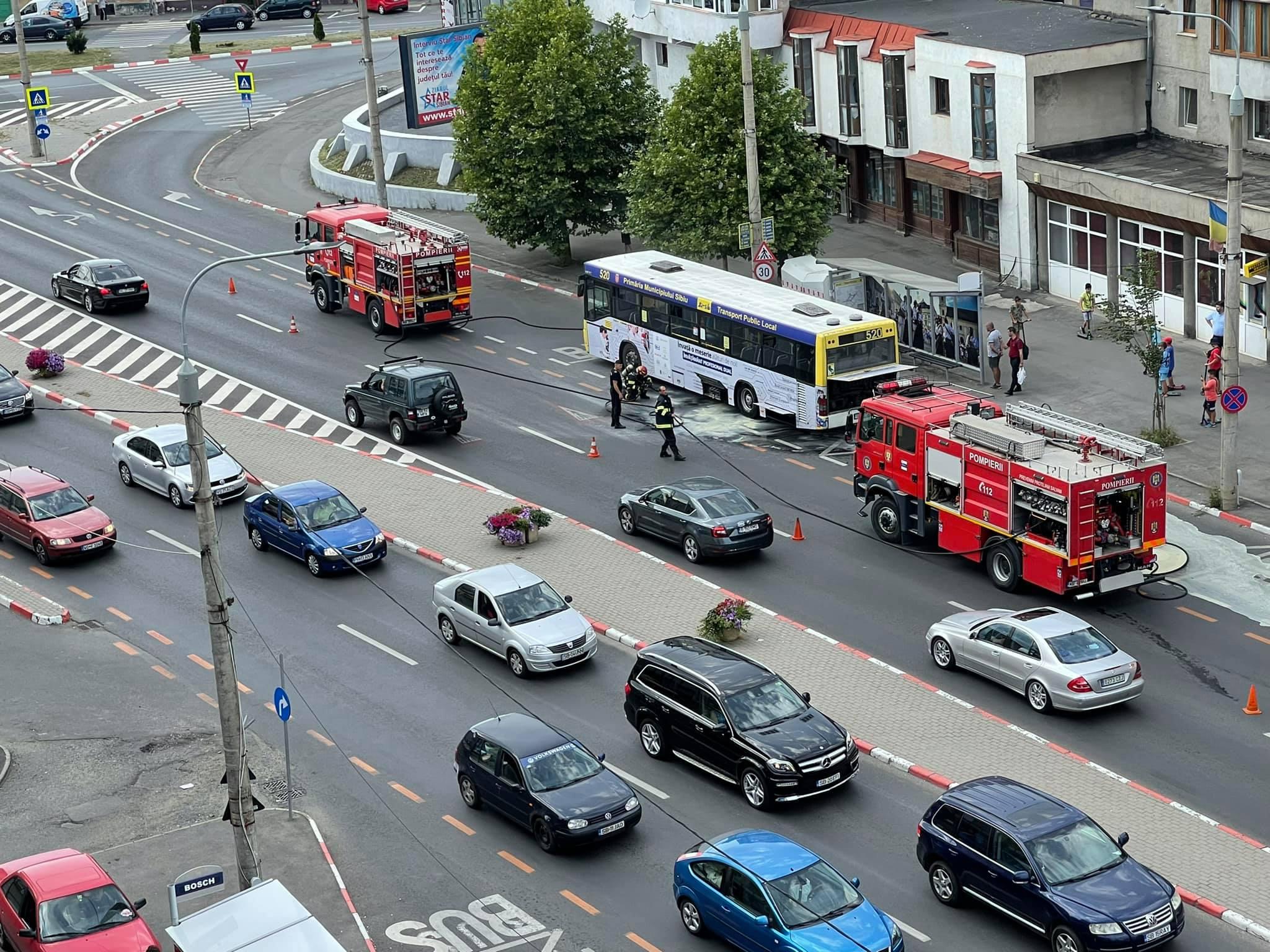 FOTO VIDEO Un autobuz a luat foc pe Șoseaua Alba Iulia
