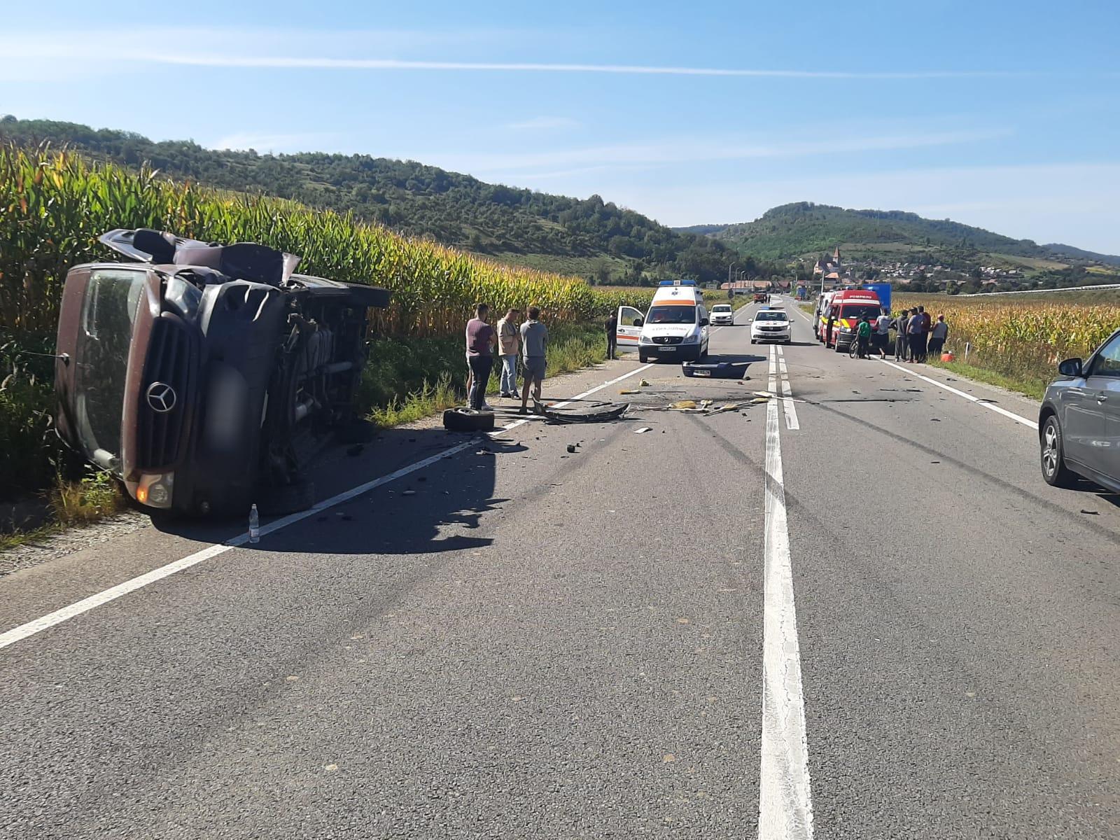 Coliziune frontală între o mașină și un microbuz, pe DN14. Trei persoane au fost rănite