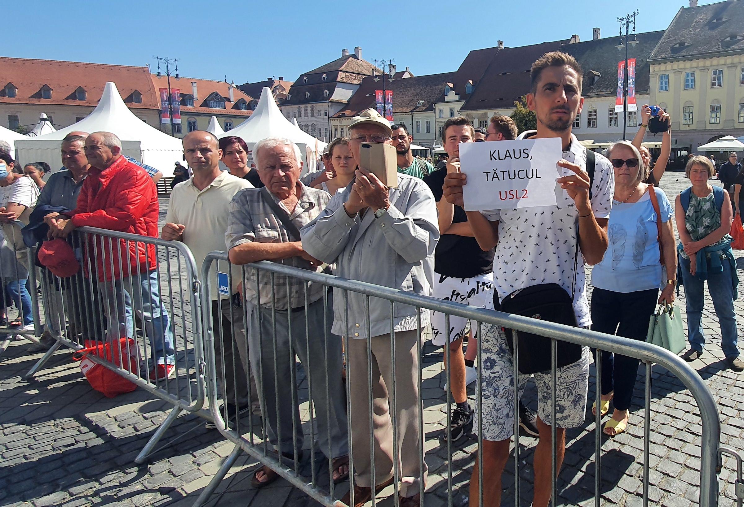 """""""Klaus, tătucul USL2"""". Protest solitar împotriva lui Iohannis, la dezvelirea statuii lui Brukenthal"""