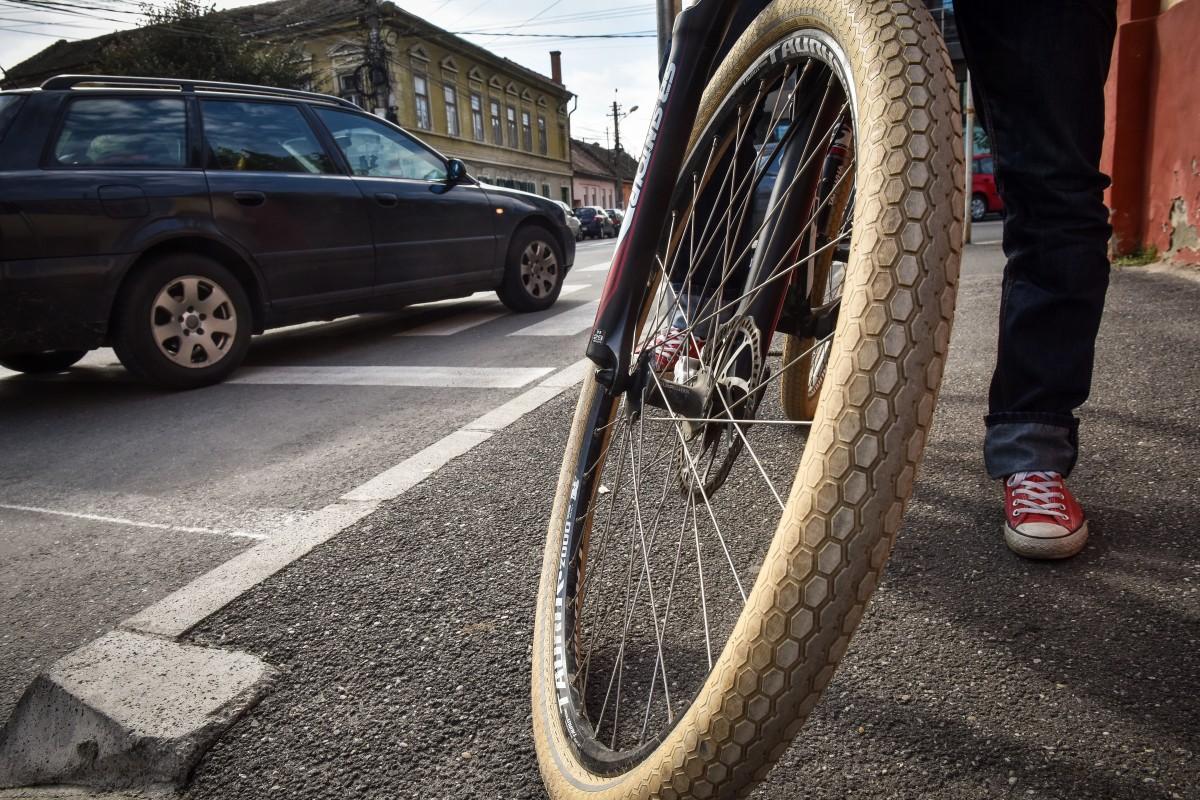 Femeie rănită de un biciclist care se deplasa pe trotuar, pe Mihai Viteazu