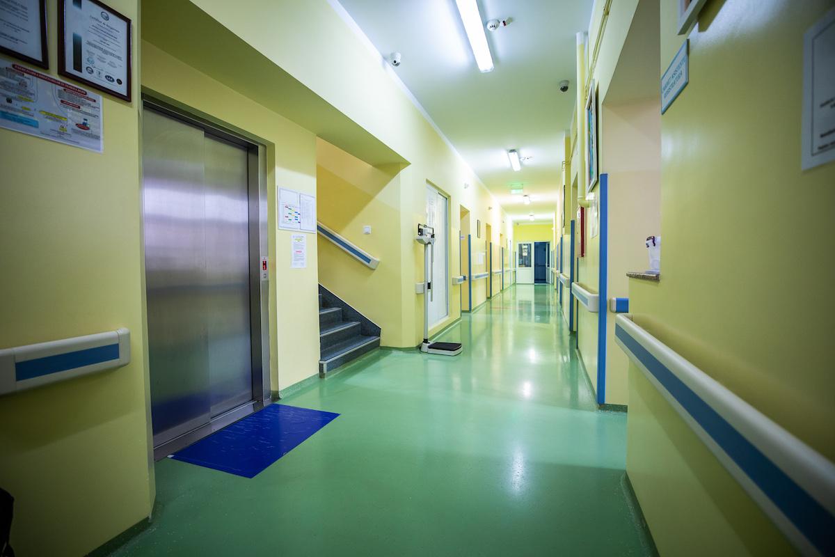 MS: Părinţii infectaţi cu SARS-CoV-2 pot fi trataţi în secţiile de pediatrie unde se află internaţi şi copiii lor