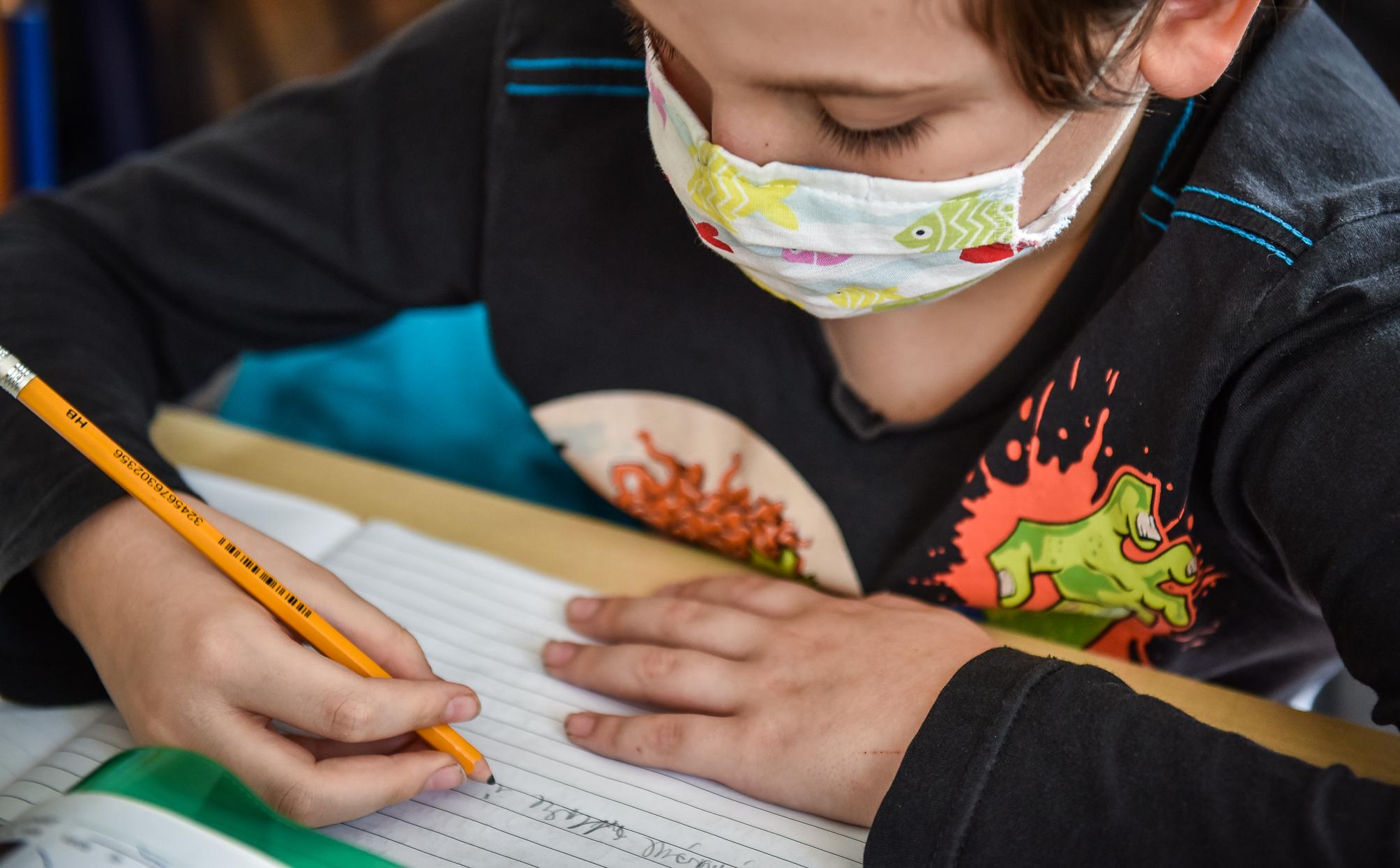 Șase elevi și un cadru didactic au fost testați pozitiv. Cursuri suspendate la școlile 18 și 8