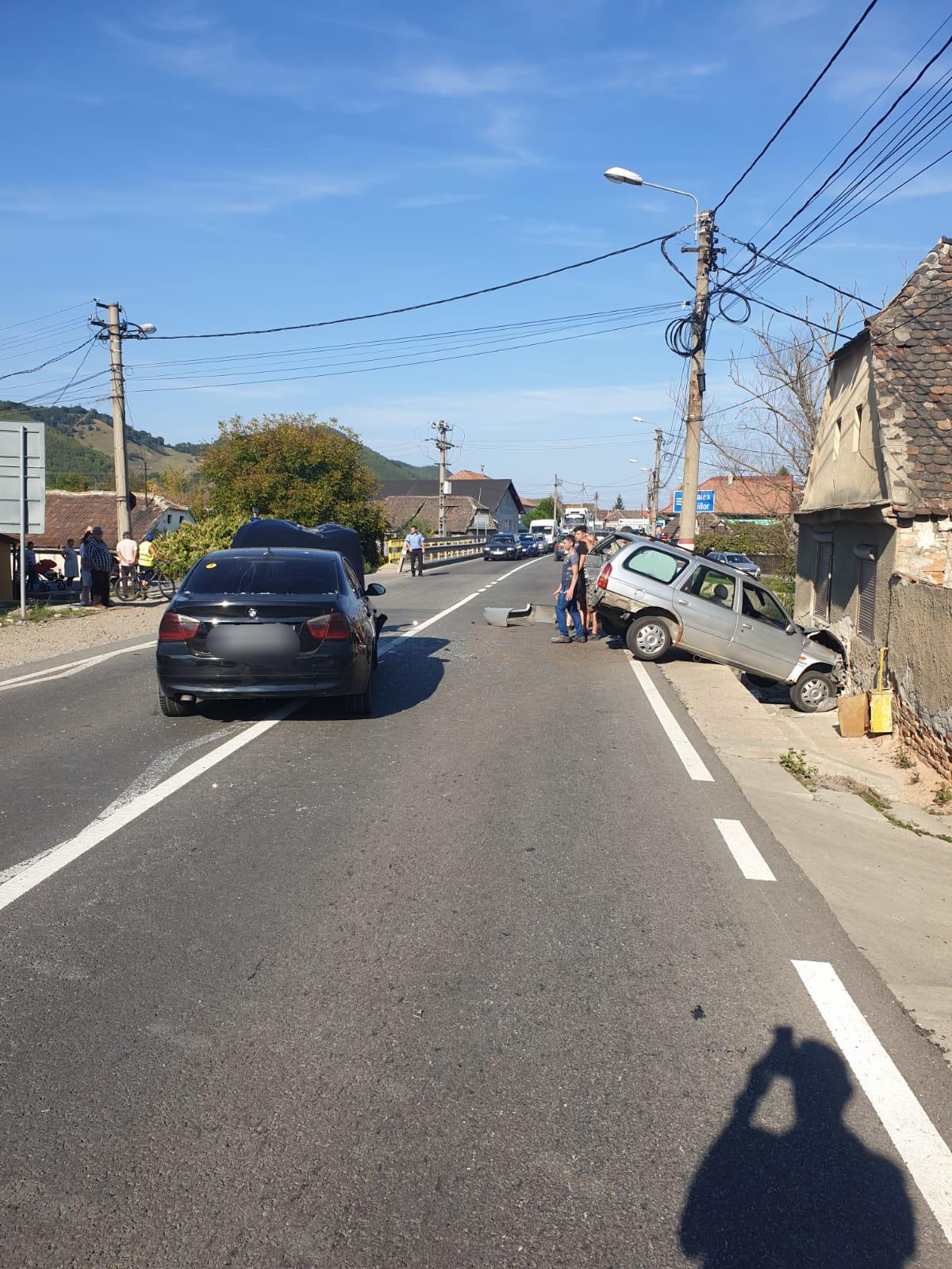 Coliziune între trei autoturisme, pe DN14, la Copșa Mică. Traficul este blocat total