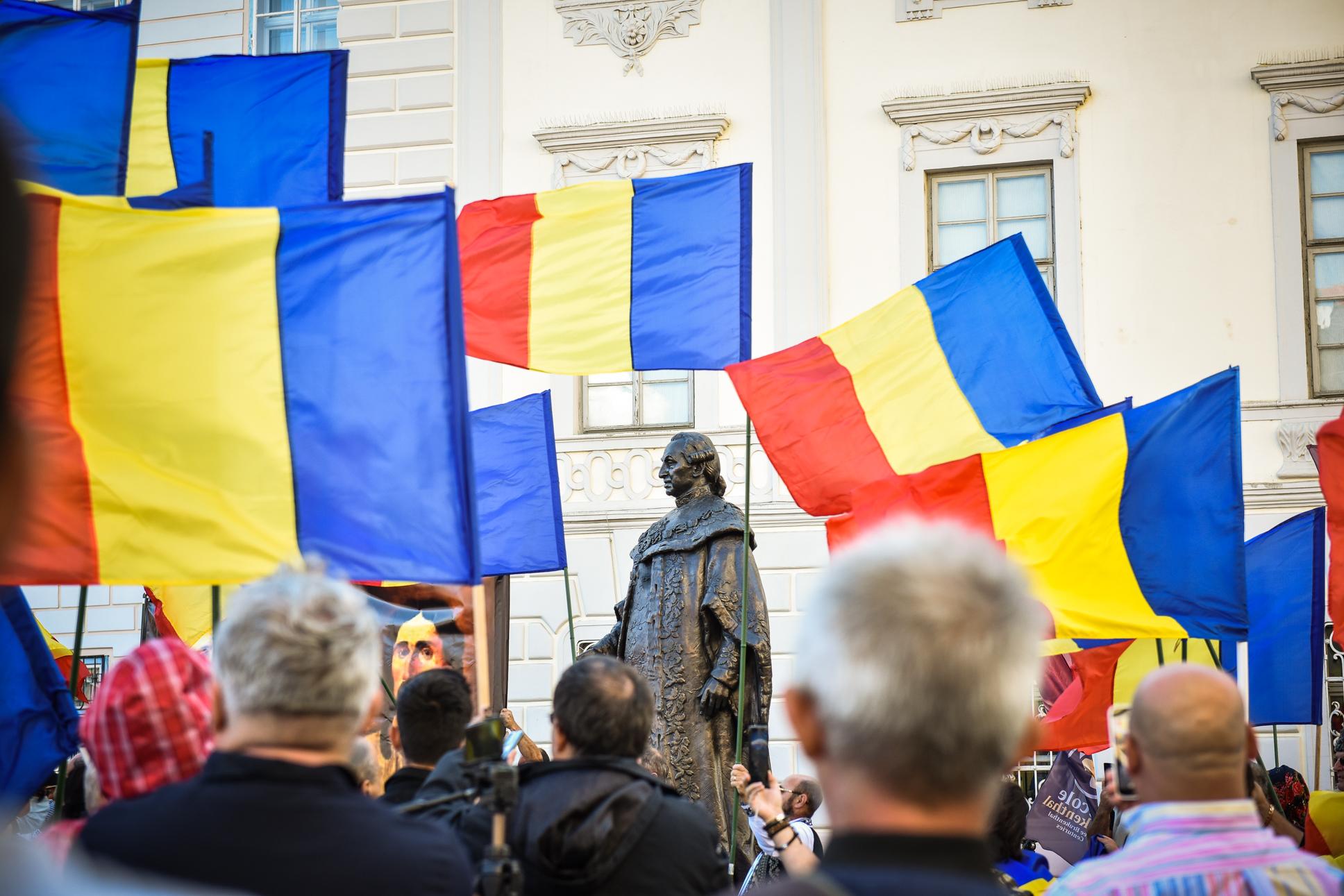 """VIDEO FOTO Protest la statuia lui Brukenthal cu Veta Biriș și Gheorghe Funar: """"Să renunțăm la statuile stăpânitorilor străini"""""""