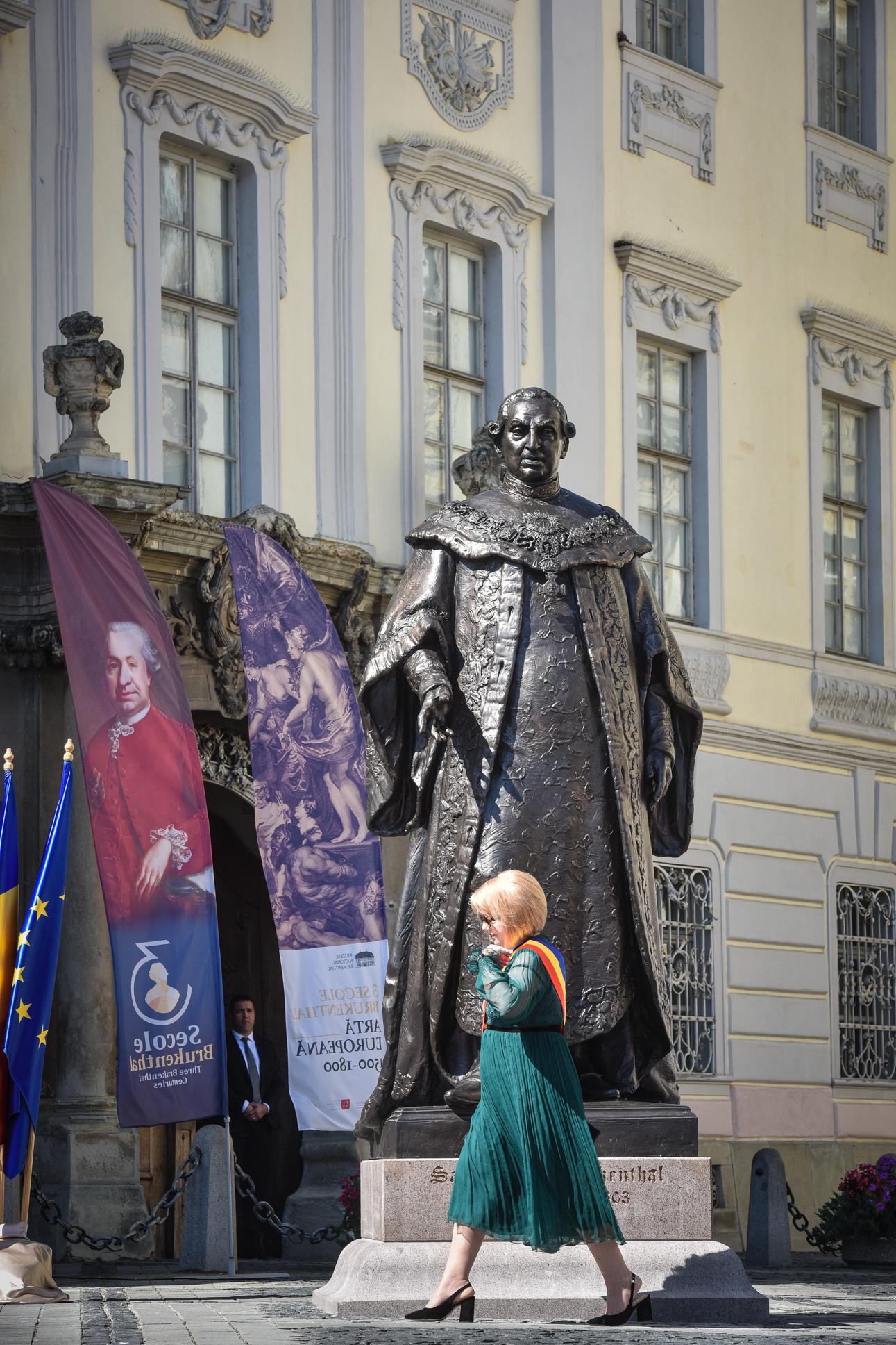 Statuia lui Brukenthal, în legalitate pe ultima sută de metri. A primit certificatul de urbanism în 9 septembrie, iar autorizația de construcție în 10. A fost dezvelită de președintele Iohannis în 11 septembrie