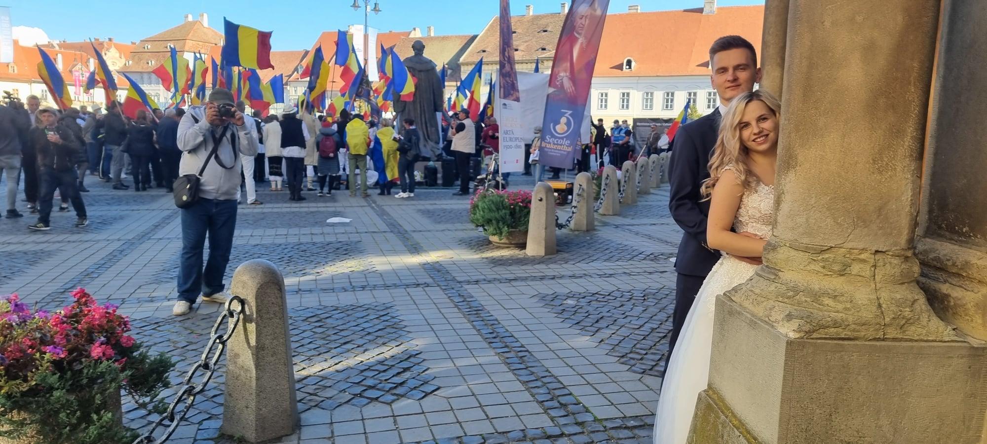 Always look on the bright side of life! - postare virală a Muzeului Brukenthal,  în timpul protestului de la statuie