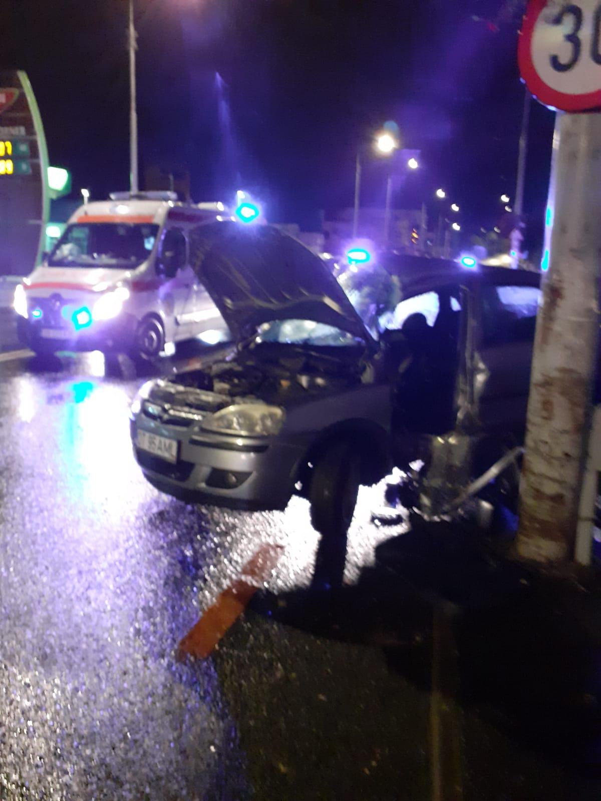 Un șofer s-a oprit cu mașina în stâlp, la intersecția străzilor Alba Iulia cu Vasile Cârlova