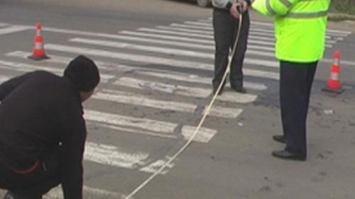 Un șofer a lovit cu mașina o femeie pe trecerea de pietoni, în Mediaș, apoi a transportat-o la spital