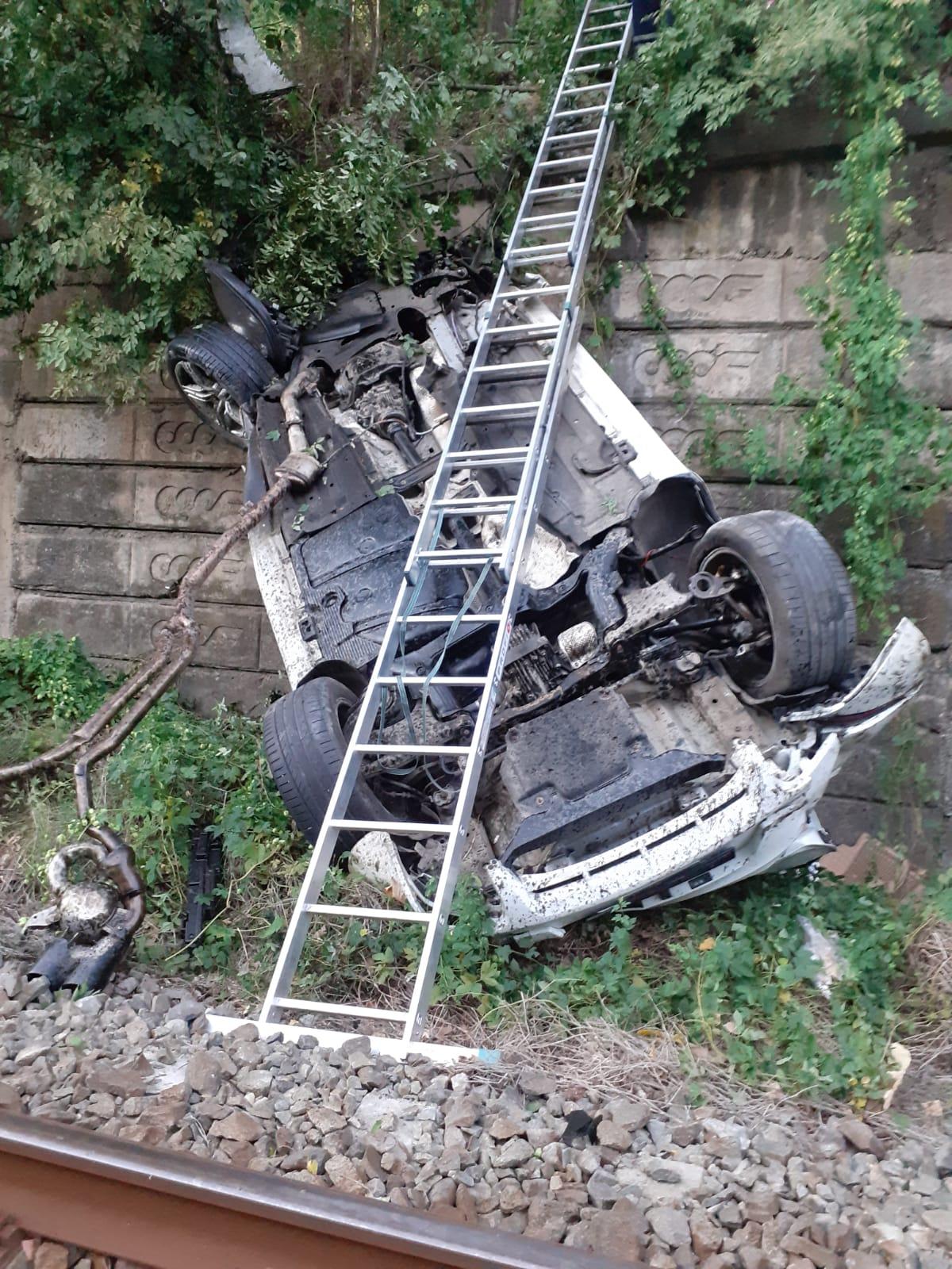 Foto Video Mașină căzută pe calea ferată, pe centura orașului Călimănești. Trei persoane au ajuns la spital