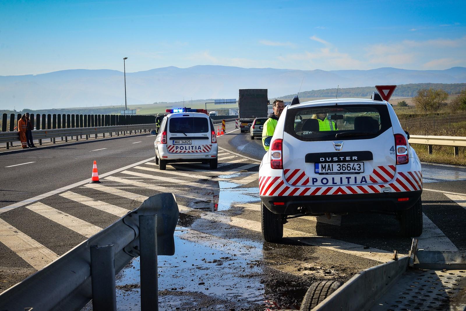 Atenție! Trafic deviat pe autostradă, în zona Săliște pentru ridicarea unui TIR ieșit în afara părții carosabile