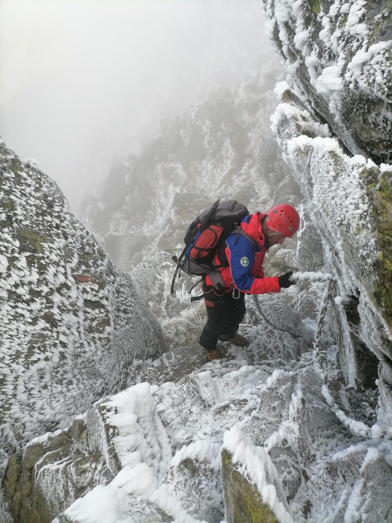 FOTO Turist american blocat pe munte, salvat de salvamontiștii sibieni