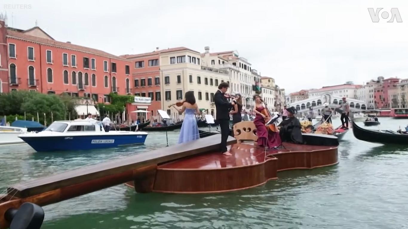 VIDEO Veneția: omagiu inedit adus victimelor Covid pe o barcă gigantică în formă de vioară
