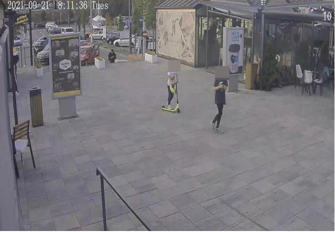 Video: Doi băieți de 12 ani au păcălit un altul de opt pentru a-i fura trotineta. L-au pus să numere până la 60