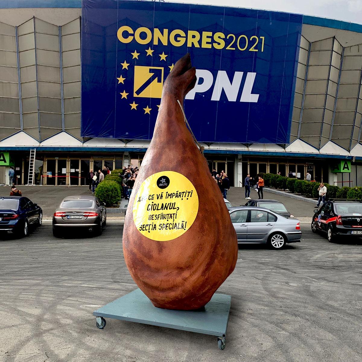 VIDEO Un ciolan uriaș a fost amplasat, în semn de protest, la Congresul PNL