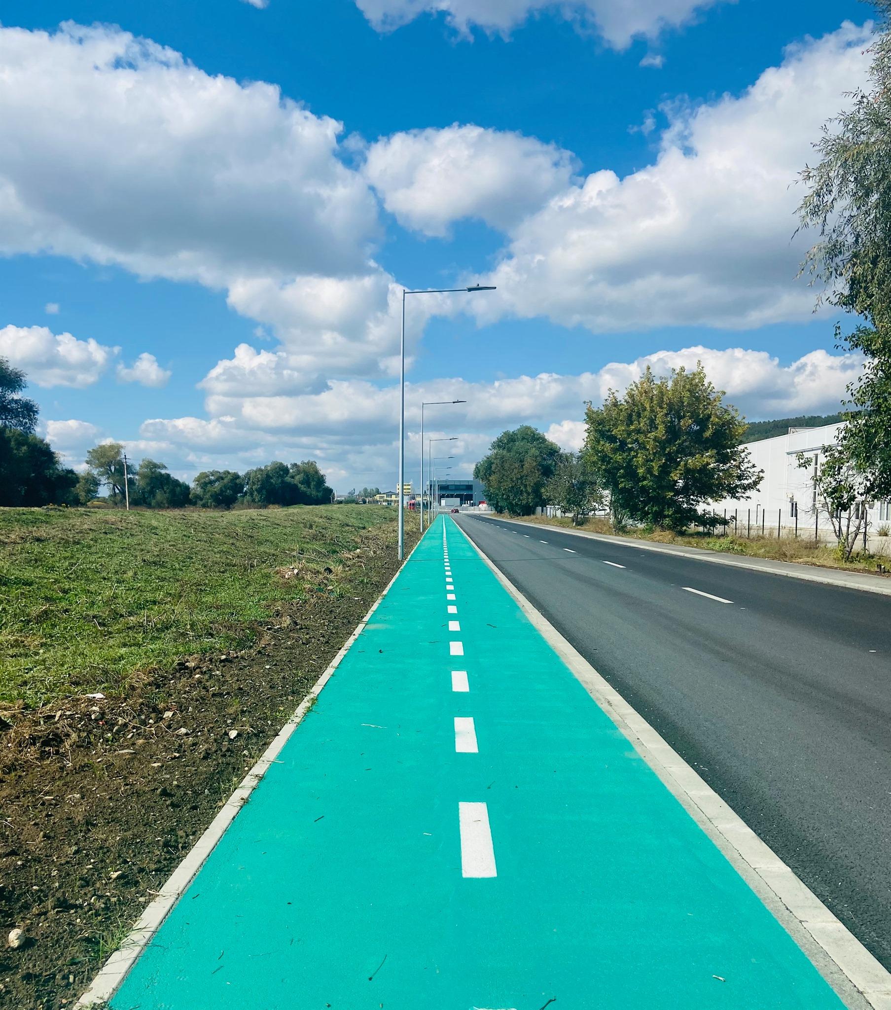 """Pistele de biciclete încep a fi vopsite cu verde, la Sibiu. """"Încă se simte mirosul"""""""
