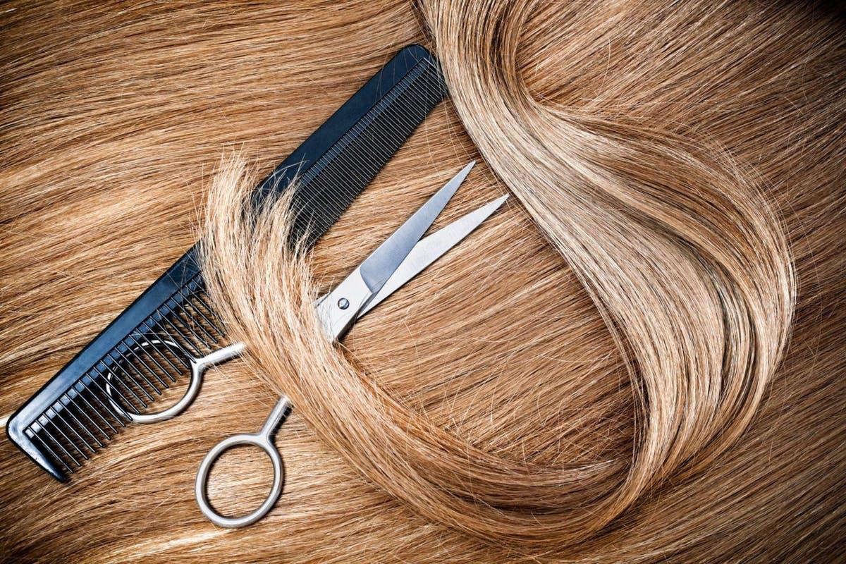 Sibiu: cât de greu se găsesc saloane care acceptă donații de păr, în pandemie. O fetiță de nouă ani vrea să își doneze părul pentru bolnavii de cancer