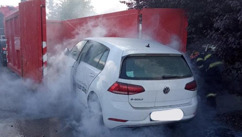 Intervenție în premieră, în Timiș, la o mașină electrică în flăcări. Pompierii au folosit metoda răcirii bateriilor prin imersie în apă