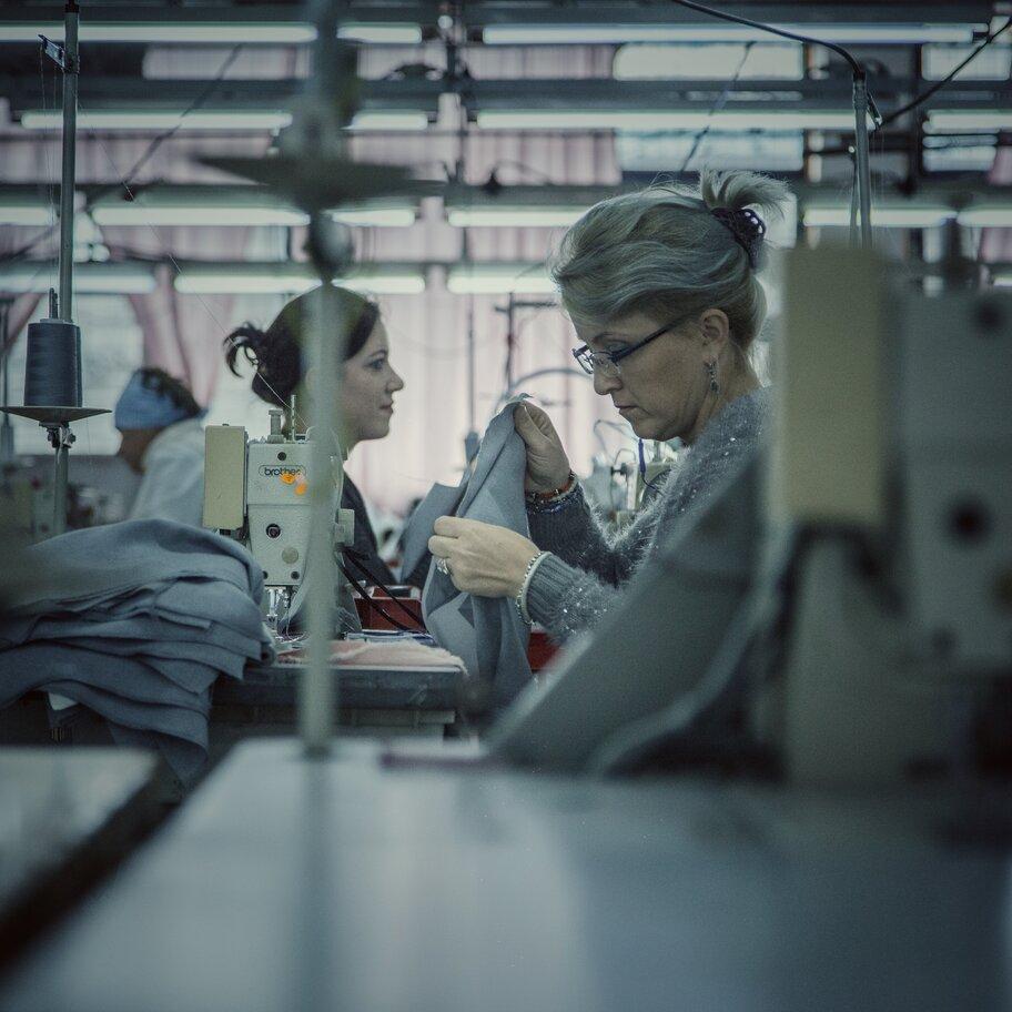 Primul ONG din România pentru muncitoarele exploatate în industria de confecții se lansează la Sibiu