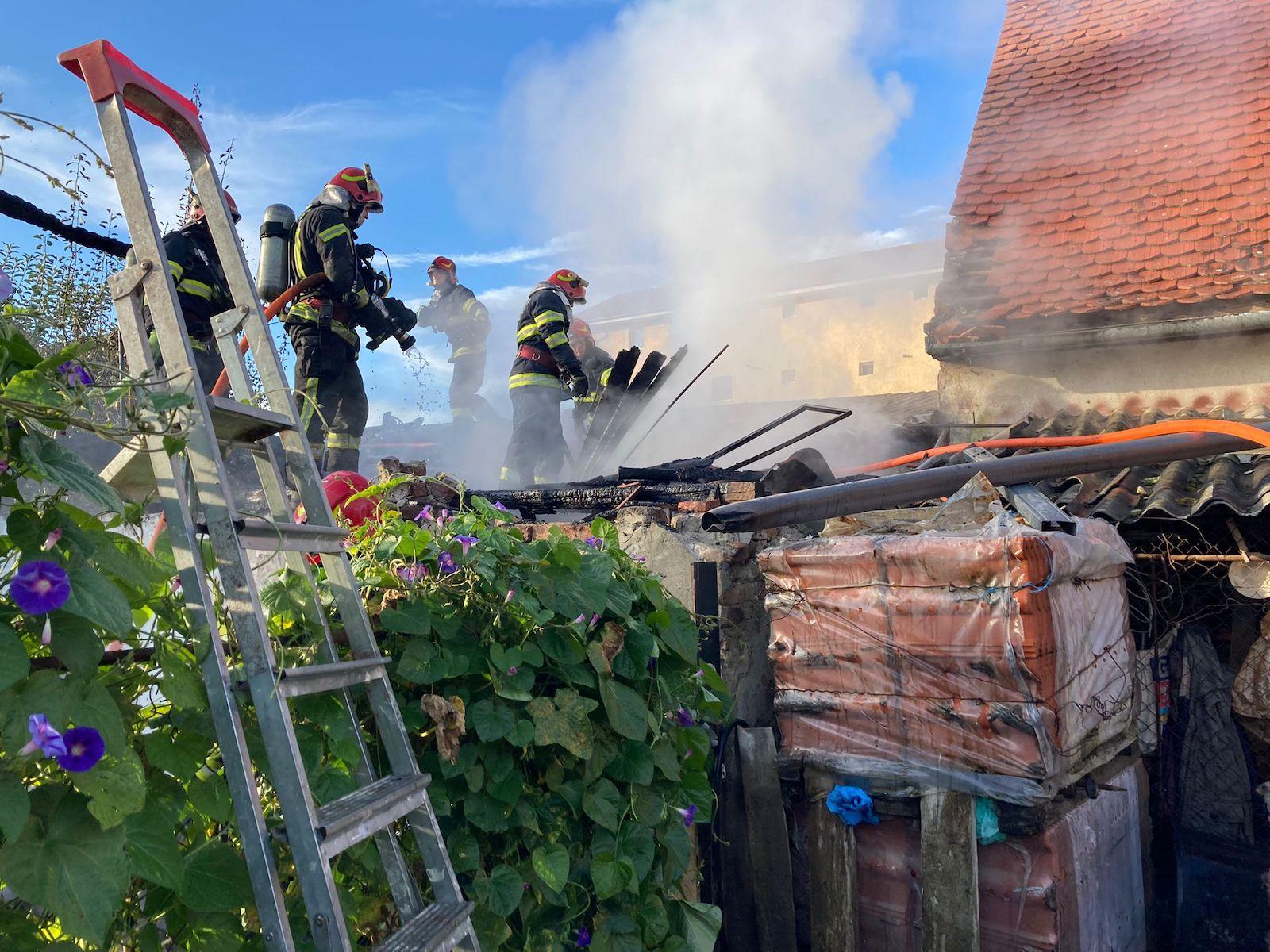 Două case au fost în pericol de incendiu, după ce o magazie din apropiere a fost cuprinsă de flăcări